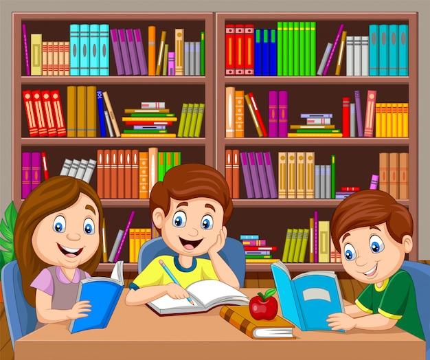Cartoon kinderen studeren in de bibliotheek