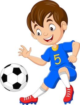 Cartoon kleine jongen aan het voetballen