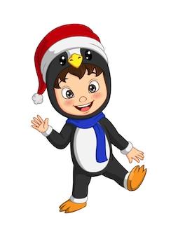 Cartoon kleine jongen die een pinguïnkostuum draagt