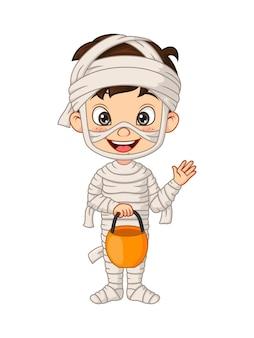 Cartoon kleine jongen die halloween mummiekostuum draagt