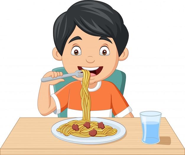 Cartoon kleine jongen die spaghetti eet