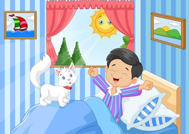 Cartoon kleine jongen wakker en geeuwen