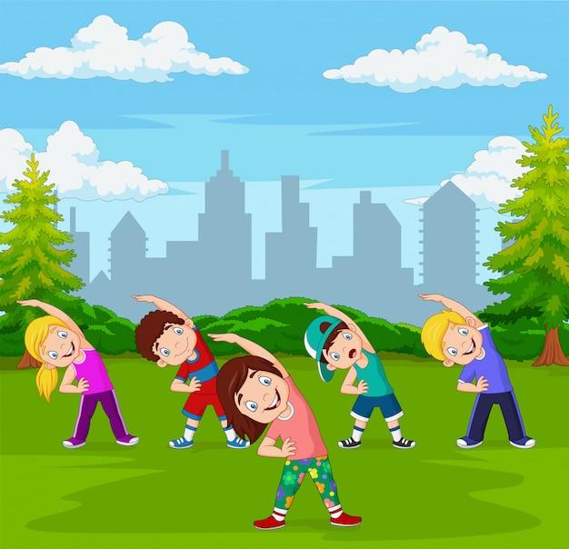 Cartoon kleine kinderen oefenen in groene stadspark