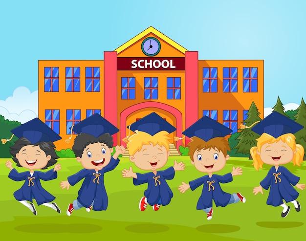 Cartoon kleine kinderen vieren hun afstuderen