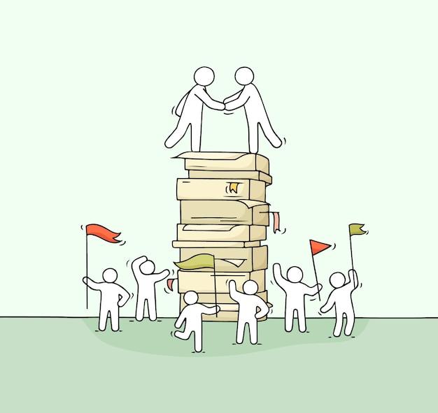 Cartoon kleine zakenmensen met grote stapel papier. hand getrokken.