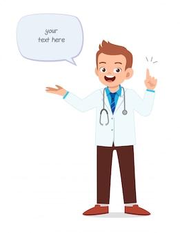 Cartoon mannelijke arts in uniform met ballontekst