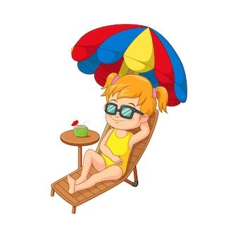 Cartoon meisje in zwembroek zonnebaden en kokoscocktail drinken
