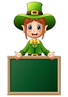 Cartoon meisje leprechaun presenteren met schoolbord teken