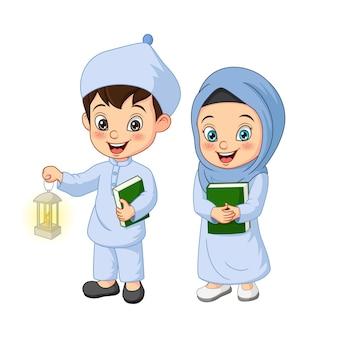 Cartoon moslim kind houden koran boek met ramadan lantaarn