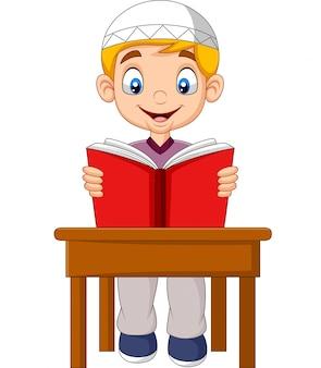 Cartoon moslimjongen die een boek leest