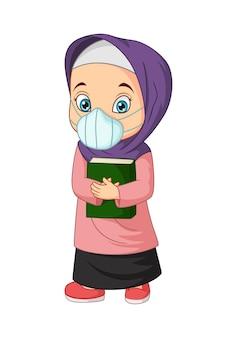 Cartoon moslimmeisje bedrijf quran boek masker dragen