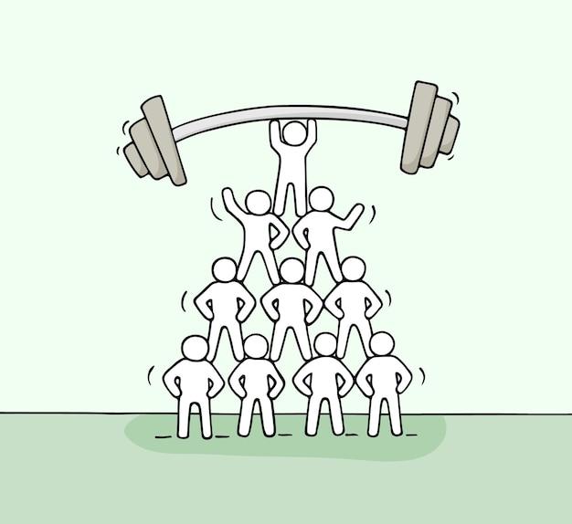 Cartoon piramide van werkende kleine mensen. hand getekend.