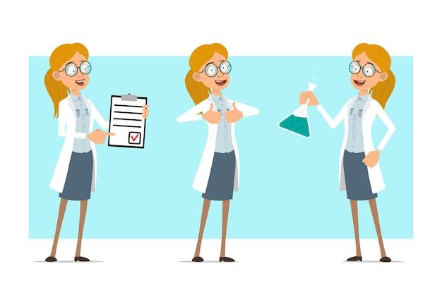 Cartoon plat grappige blonde dokter vrouw karakter in wit uniform en glazen. meisje dat chemische kolf houdt en duimen omhoog teken toont.
