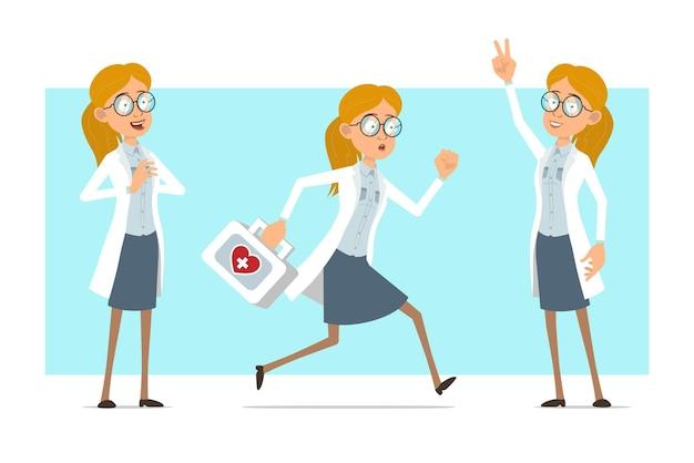 Cartoon plat grappige blonde dokter vrouw karakter in wit uniform en glazen. meisje dat met ehbo-doos loopt en vredesteken toont.