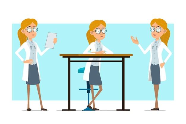 Cartoon plat grappige blonde dokter vrouw karakter in wit uniform en glazen. meisje nota lezen en poseren voor foto.