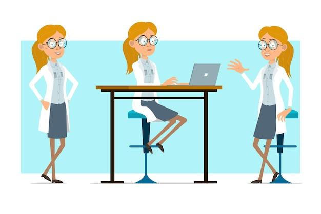 Cartoon plat grappige blonde dokter vrouw karakter in wit uniform en glazen. meisje poseren voor foto en werken op laptop.