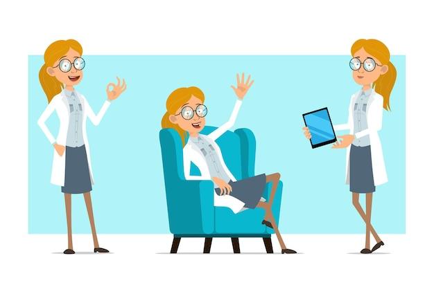 Cartoon plat grappige blonde dokter vrouw karakter in wit uniform en glazen. meisje slimme tablet te houden en oke gebaar tonen.