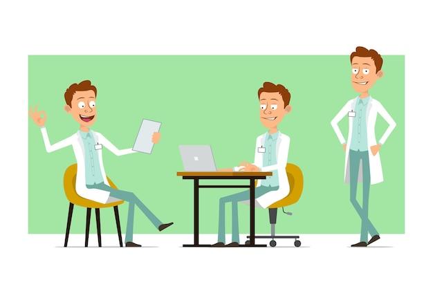 Cartoon plat grappige dokter man karakter in wit uniform met badge. jongen die aan laptop werkt en goed teken toont.