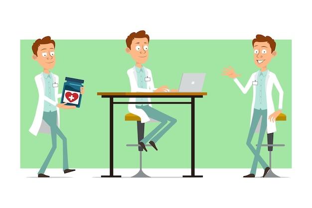 Cartoon plat grappige dokter man karakter in wit uniform met badge. jongen die medische kruik draagt en aan laptop werkt.