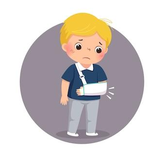 Cartoon trieste jongen kijkt naar zijn gebroken arm in het gips