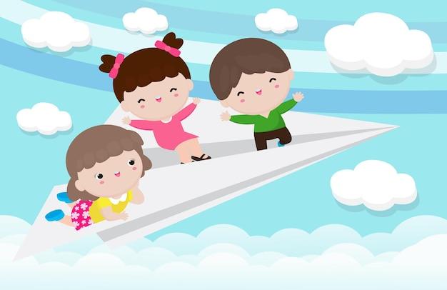 Cartoon van gelukkige drie kinderen vliegen op het papieren vliegtuigje in de wolkenlucht geïsoleerd
