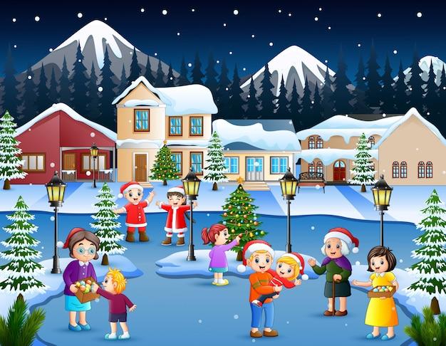 Cartoon van gelukkige jongen en familie spelen in het sneeuwde dorp