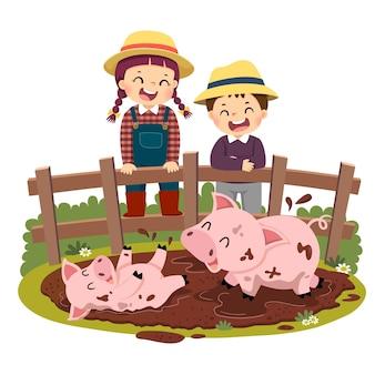 Cartoon van gelukkige kinderen kijken naar varkens en biggen spelen in modderpoel