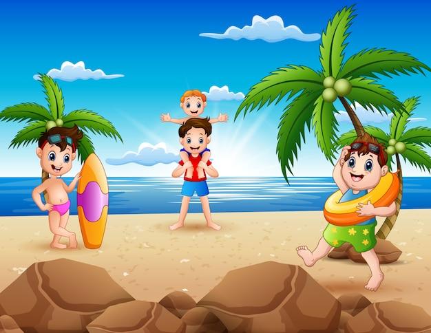 Cartoon van het gelukkige familie spelen op het strand
