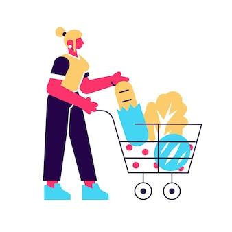 Cartoon vrouw met winkelwagentje vol met producten vlakke afbeelding. kleurrijke klantenvrouw met karretje dat op wit wordt geïsoleerd. shopper meisje met ecovoedsel, brood, groente en fruit