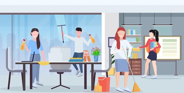 Casual collega's team schoonmakers samenwerken schoonmaak concept creatieve co-working center moderne vergaderruimte kantoor interieur plat volledige lengte horizontaal