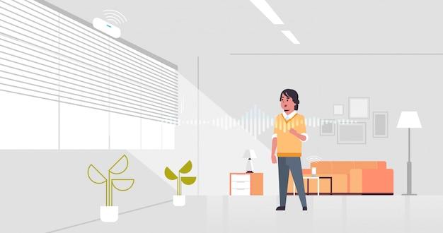 Casual man met behulp van slimme luidspreker spraakherkenning geactiveerde digitale assistent