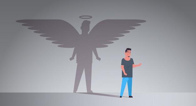 Casual man met schaduw van engel