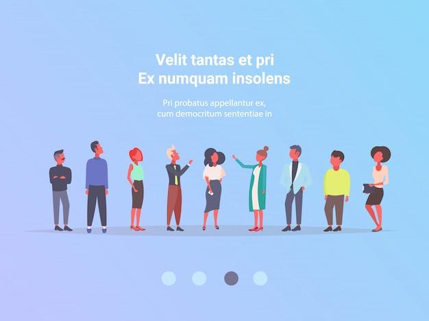 Casual mensen groep zakelijke bijeenkomst brainstormen concept zakenlieden en zakenvrouwen succesvolle teamwork communicatie stripfiguren volledige lengte vlak horizontaal