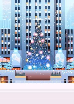 Centrale stadsplein met versierde kerstboom gelukkig nieuwjaar wintervakantie viering concept stadsgezicht achtergrond verticale afbeelding