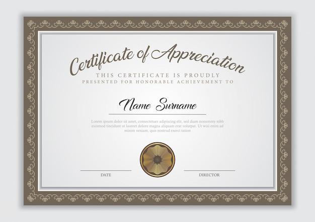 Certificaatsjabloon diploma met rand sieraad, stempel en voorbeeldtekst.