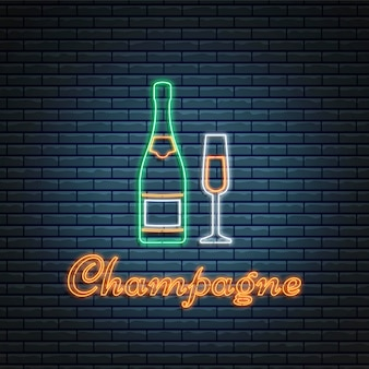 Champagne-fles en glas op baksteenachtergrond.
