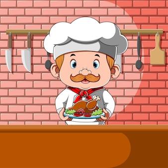 Chef-kok met kip met groenten in plaat