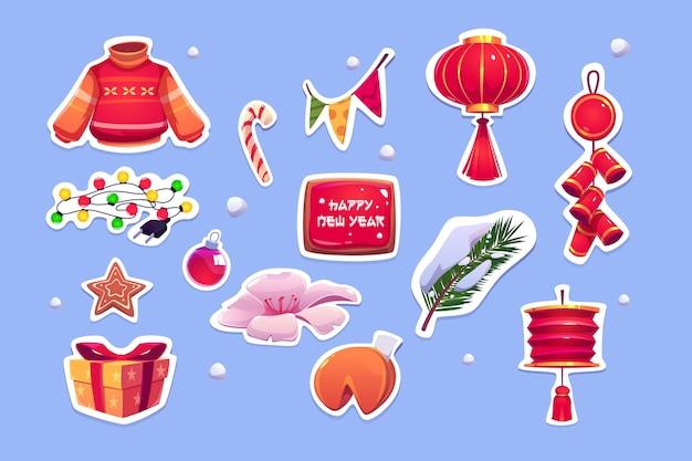 Chinees nieuwjaar stickers met rode lantaarn, trui, pijnboom en klokken. cartoon iconen set van traditionele aziatische decoratie, gelukskoekjes, slingers, geschenkdoos en snoepgoed