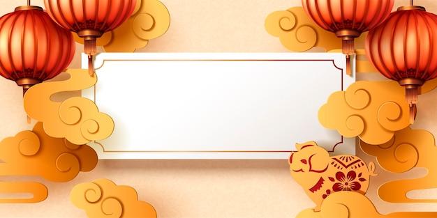 Chinees nieuwjaarswenskaartontwerp met blanco rol, lantaarns en gouden varkentje