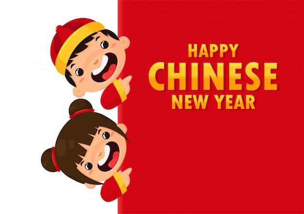 Chinese kinderen dragen nationale kostuums die groeten voor het chinese nieuwjaarsfestival.