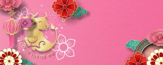 Chinese lantaarns hangen met bloemendecoratie en een gouden os van chinees nieuwjaar.