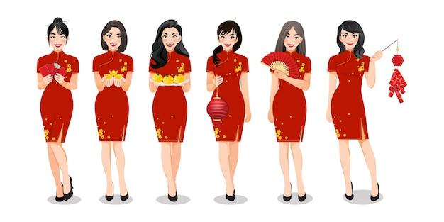 Chinese vrouwengroep die chinese nieuwe jaarelementen in traditionele geplaatste stijlkleren en verschillende gebaren geïsoleerde illustratie houden