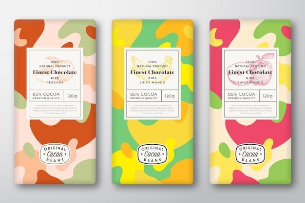 Chocolade etiketten instellen. abstracte vector verpakking ontwerp lay-outs collectie. moderne typografie, met de hand getekende appel, banaan, perzikfruitschetsen en kleurrijke camouflagepatroonachtergrond. geïsoleerd.