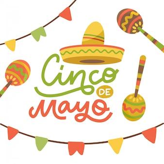Cinco de mayo embleemontwerp met handgetekende kalligrafie letters, sombrero, vlaggen en maracas - symbolen van vakantie. geïsoleerd op een witte achtergrond. platte hand getekende illustratie.