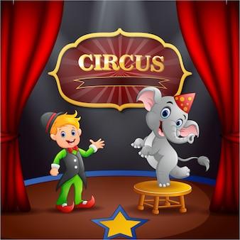 Circustrainer met olifant op het podium
