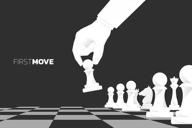 Close-up hand verplaats pion schaakstuk om het spel te starten. concept van de eerste beweging bedrijfsstrategie