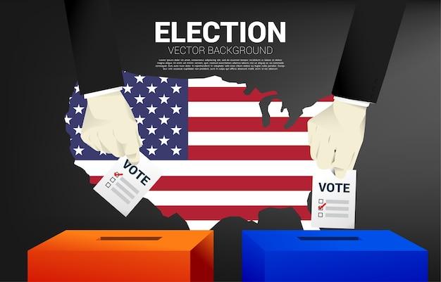 Close-up twee zakenman hand zette zijn stem op de rode en blauwe verkiezingsdoos met kaart van de vs achtergrond. concept voor verkiezing stemming thema achtergrond.