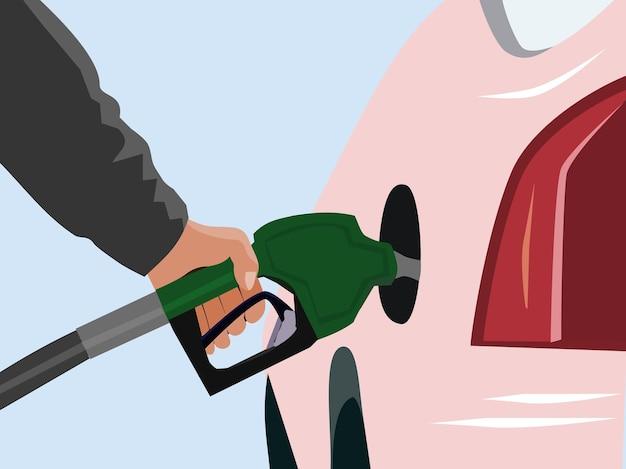 Close-up van de arm houdt het brandstofmondstuk vast om het benzinestation te vullen met een blauwe achtergrond