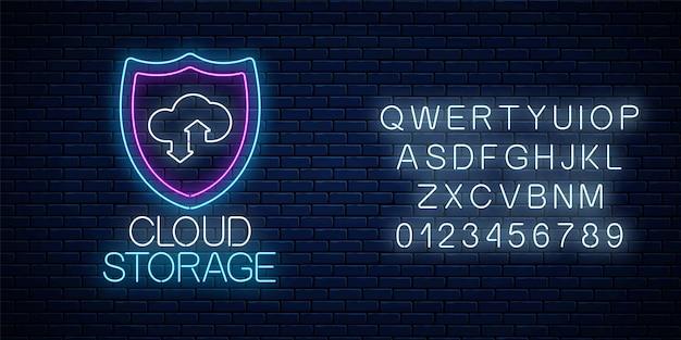 Cloud storage service gloeiende neon bord met alfabet op donkere bakstenen muur achtergrond. internettechnologiesymbool met schild, wolk en pijlen. vector illustratie.