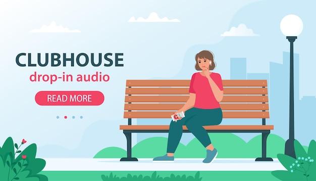 Clubhuis alleen op uitnodiging sociaal netwerk op basis van audiochat. vrouw zittend op een bankje en luisteren podcast met beroemde sprekers